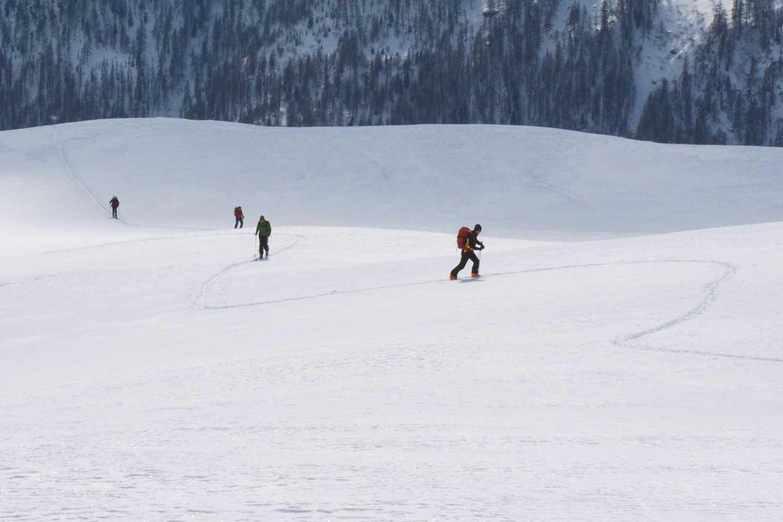 sejour-accompagne-hiver-ski-de-randonnee-groupe-a-la-montee