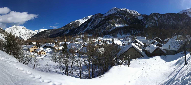 Le village de Névache sous la neige et le soleil