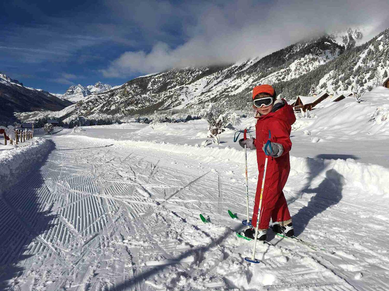 Petite fille qui fait du ski de fond sur une piste fraîchement damée en Clarée